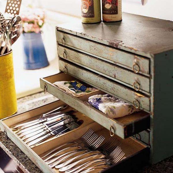 Старинный сундук для хранения вещей и посуды