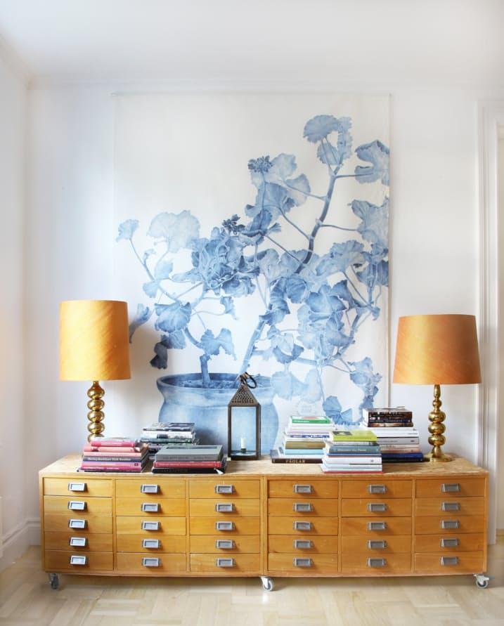 Идеи декора интерьера: светлый деревянный комод