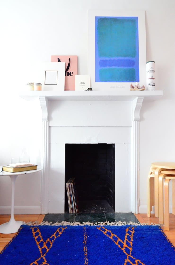 Идеи декора интерьера: белый камин в гостиной
