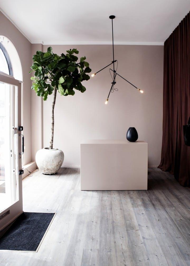 Идеи декора интерьера: дизайнерская чёрная люстра