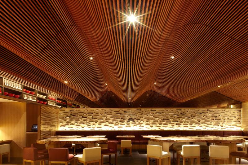 Деревянные потолки в интерьере от студии Koichi Takada Architects