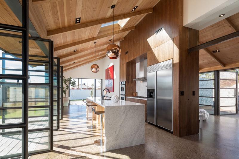 Деревянные потолки в интерьере от ContraMark и Foundry 12