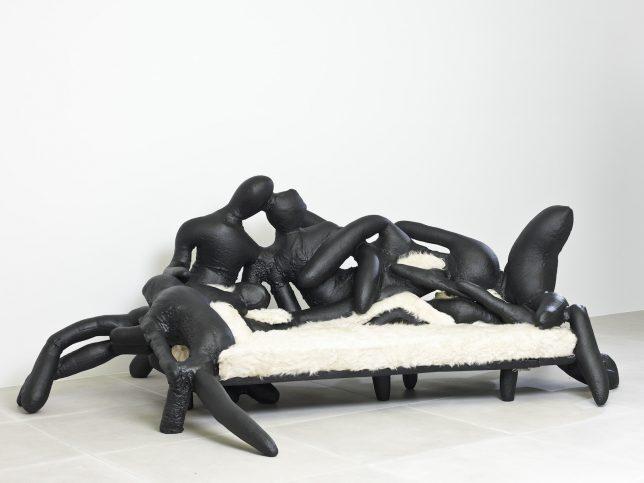 Дизайн образной мебели: кожаный диван от Atelier van Lieshout