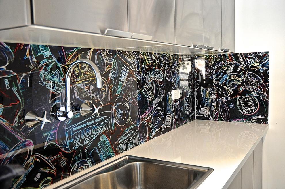 Идеи для вашего дома своими руками: необычный рисунок на рабочем фартуке в интерьере кухни