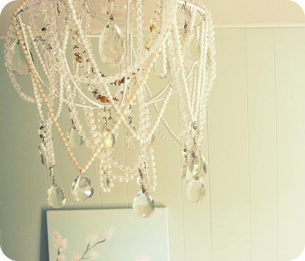 Идеи использования сломанных вещей: красивое украшение люстры, лампочки