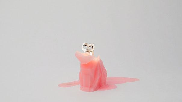 Свеча в форме кошки со скелетом