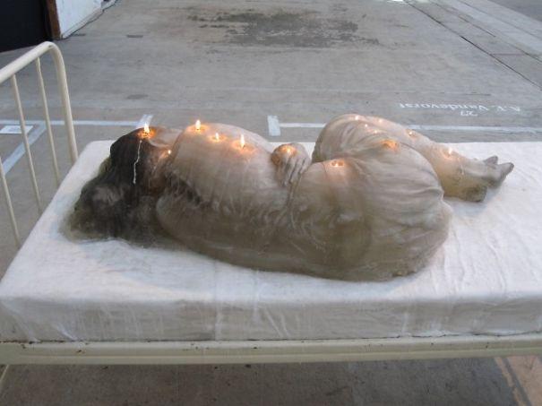 Свеча в форме тела человека