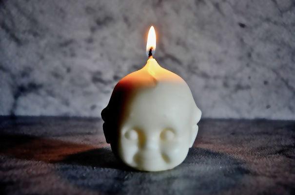 Свечка в форме головы младенца