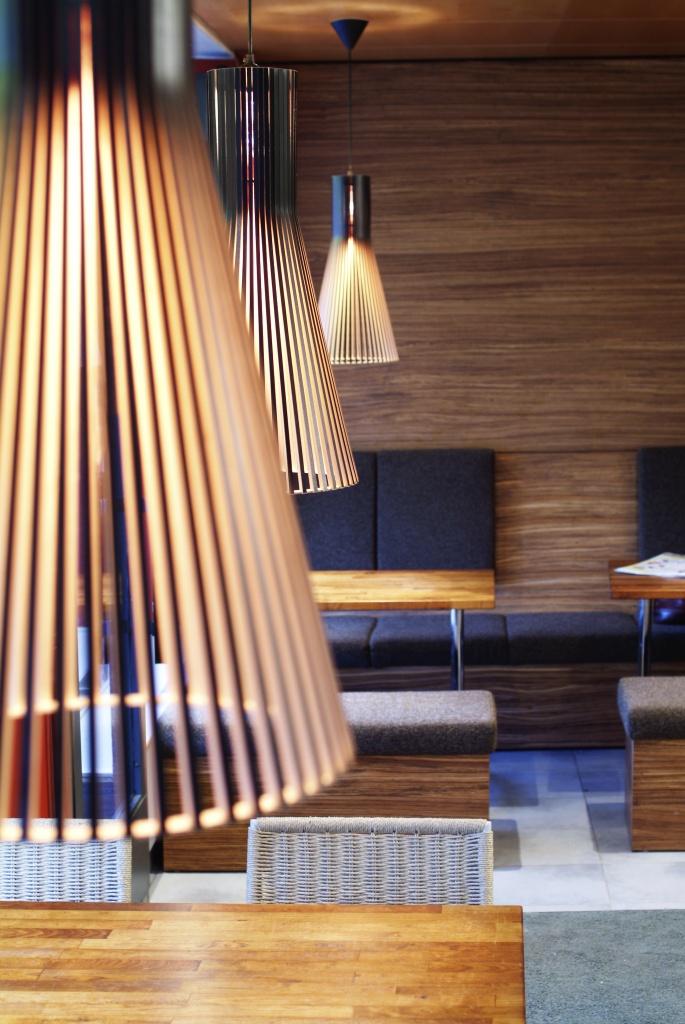 Подвесные светильники из дерева с минимум украшений - фото 7