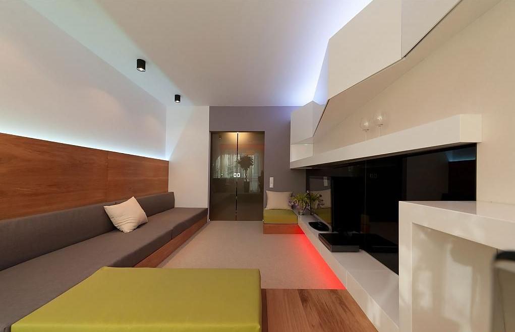 Классная композиция из света в интерьере помещения