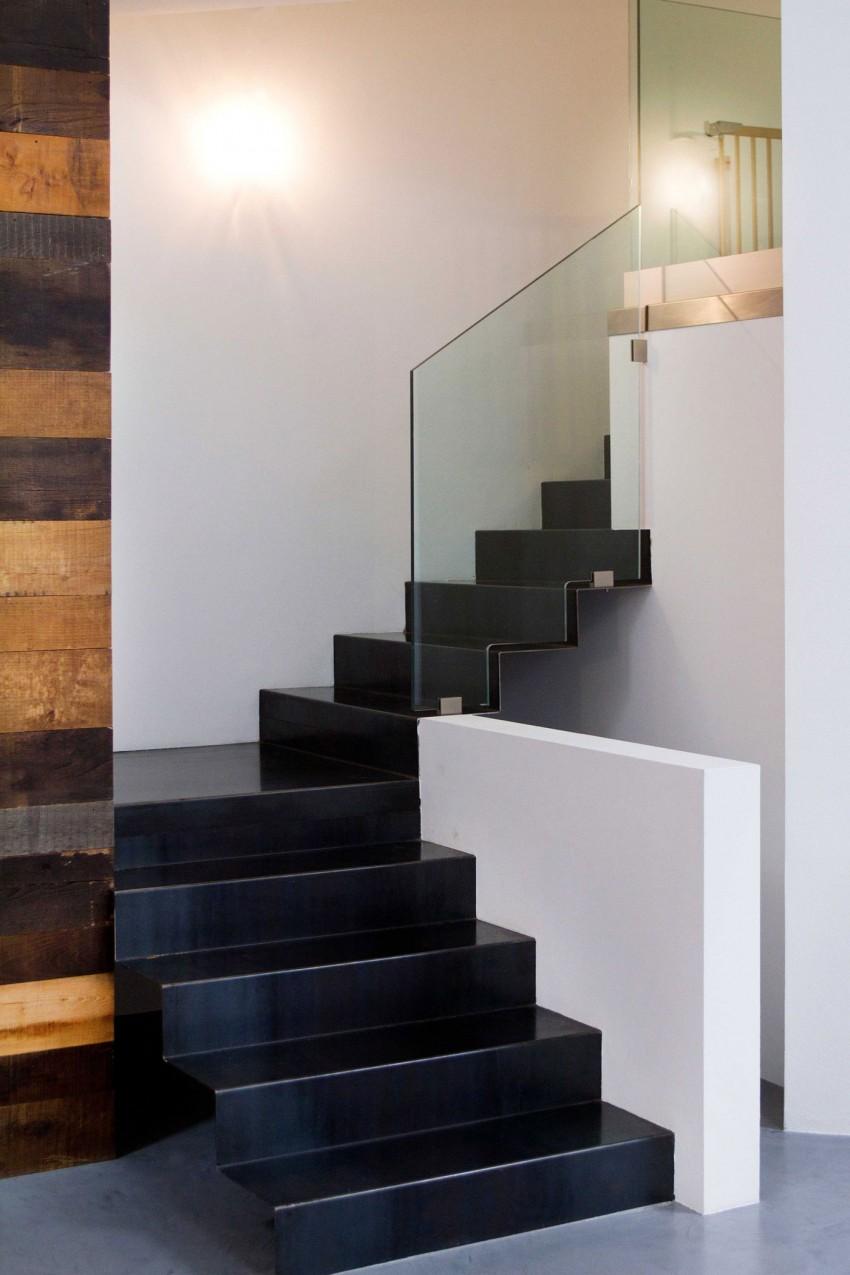 Красивая современная черная лестница