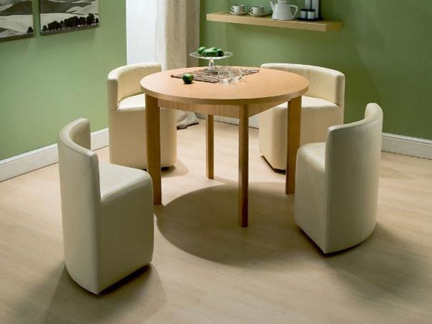Прекрасные стулья и стол с вазой