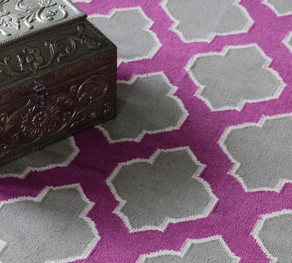 Узоры на ковре в гостиной