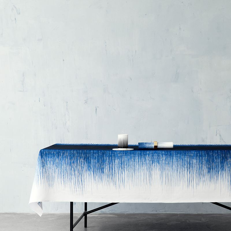Цвет индиго в интерьере: двухцветная скатерть от ferm LIVING