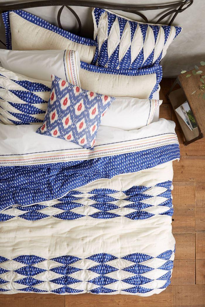 Цвет индиго в интерьере: постельное бельё с геометрическим рисунком от Anthropologie