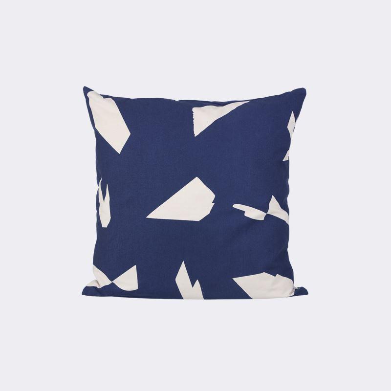 Цвет индиго в интерьере: подушка с белым узором от ferm LIVING