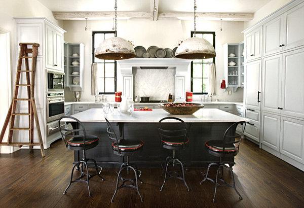 Промышленная кухня с винтажными светильниками