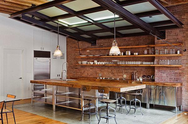 Индустриальная кухня со стульями в ретро-стиле