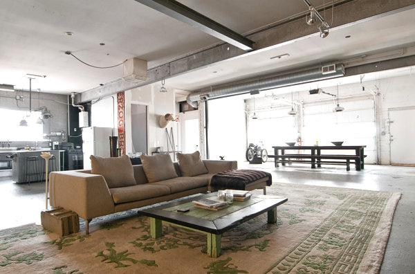 Индустриальная гостиная с открытым потолком