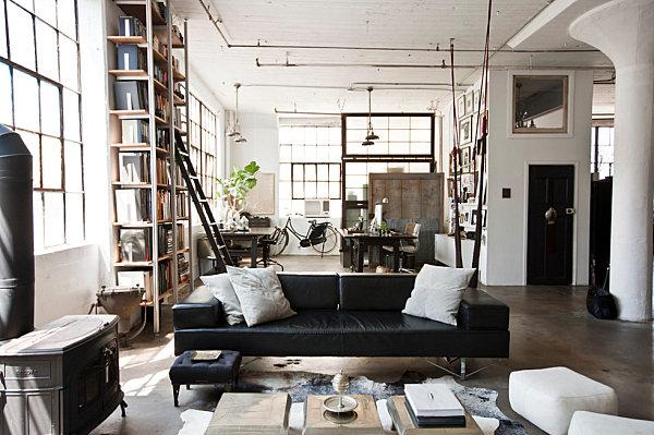 Индустриальная Нью-Йоркская жилая комната с оголенными трубами
