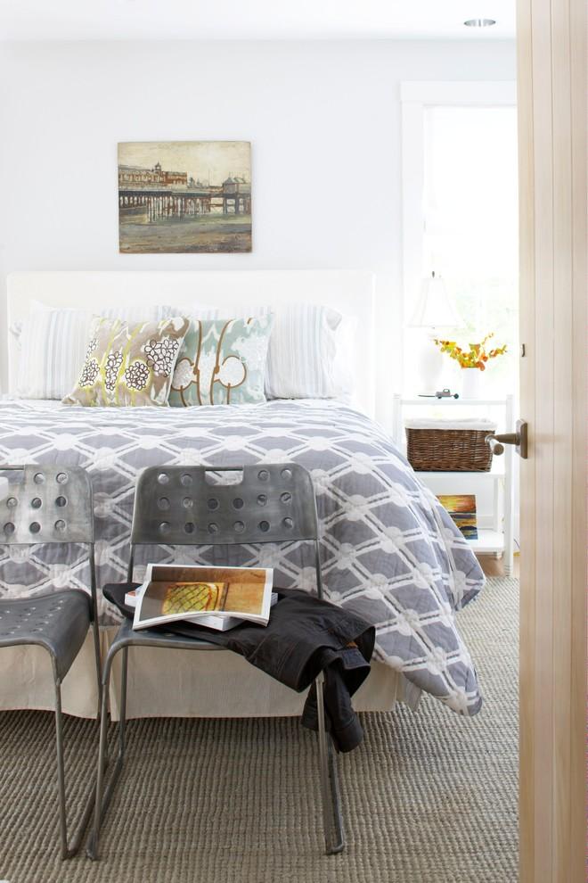 Индустриальный дизайн интерьера спальни с металлическими стульями