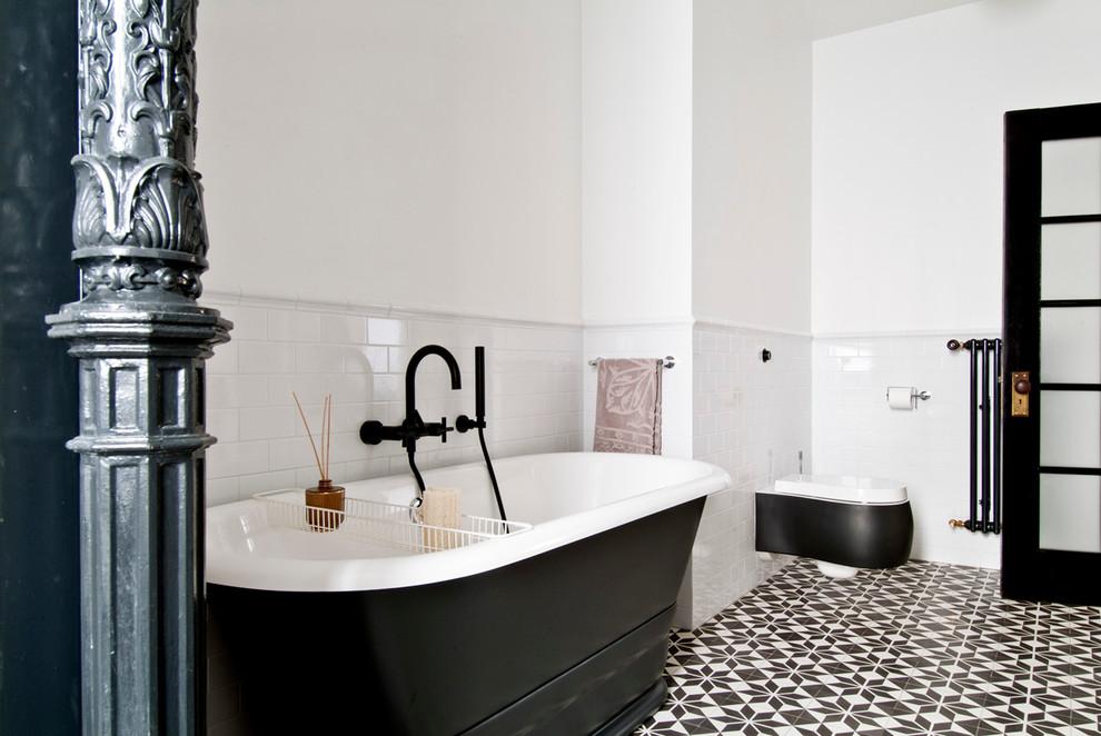 Индустриальный дизайн интерьера ванной в чёрно-белом цвете
