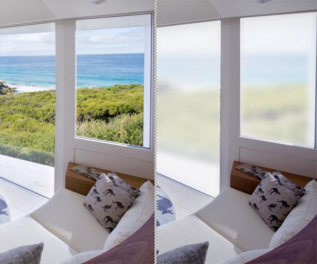 Смарт-экран на прозрачных окнах в спальне