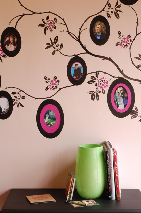 Круглые фотографии семьи на стене