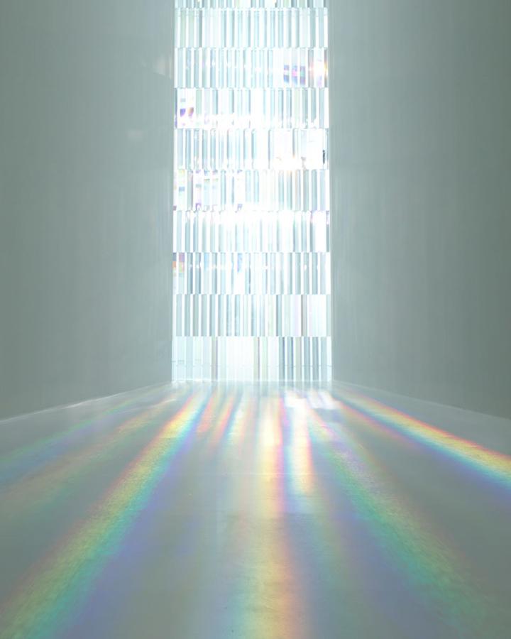 Яркое отражение от инсталляция Rainbow Church