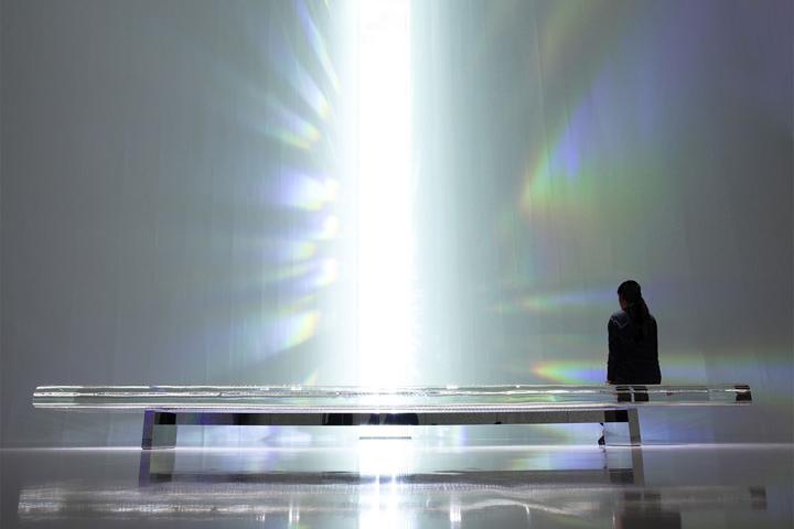 зеркальная скамейка в Museum of Contemporary Art