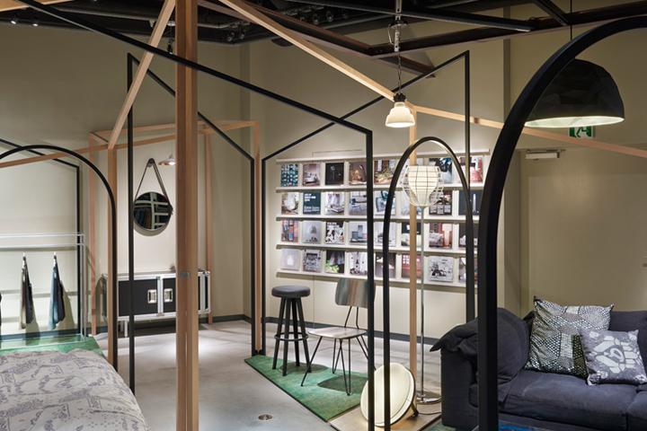 Богато текстурированное визуальное поле, где посетитель получает необычный вид мебели на дисплее