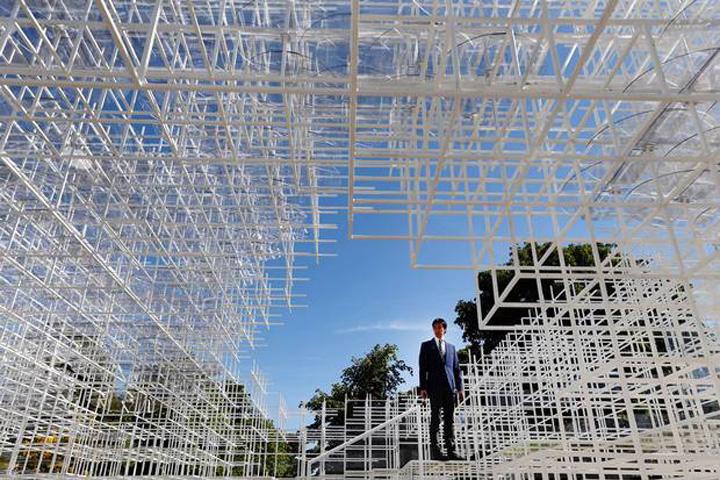 Инсталляция обладает легким и полупрозрачным внешним исполнением, что позволяет ей выглядеть словно воздушное белоснежное облако