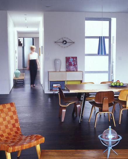 Невысокая деревянная мебель в интерьере
