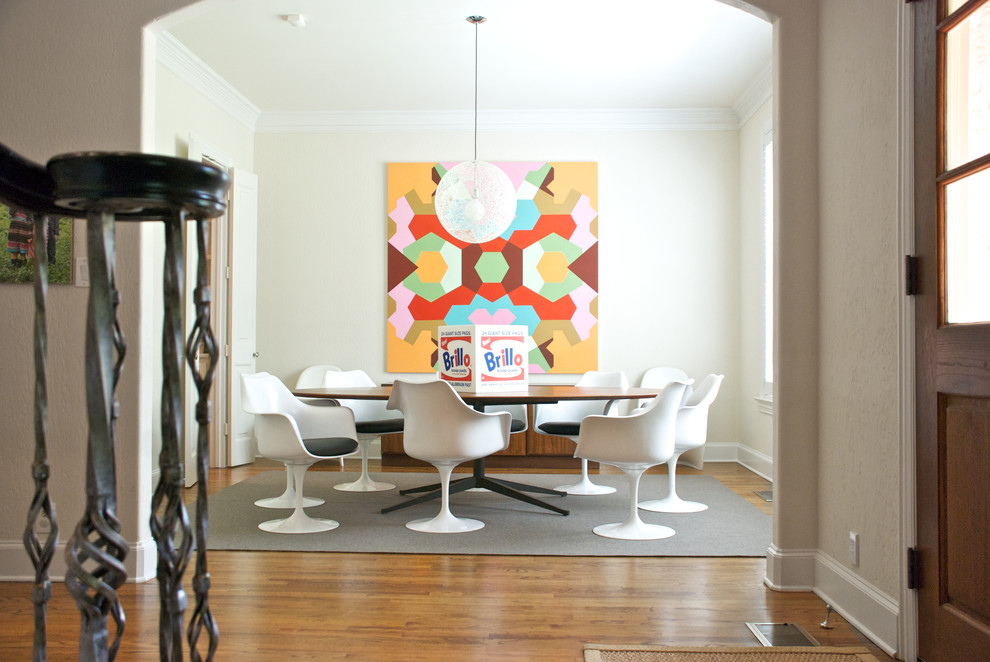 Белые дизайнерские стулья в столовой