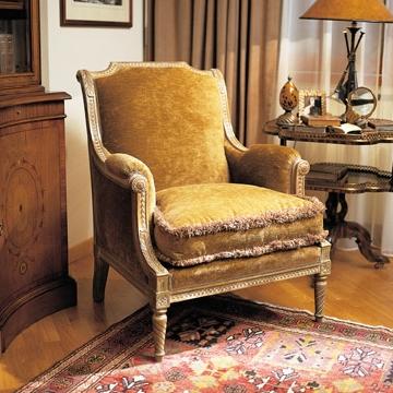 Красивое кресло во французском стиле