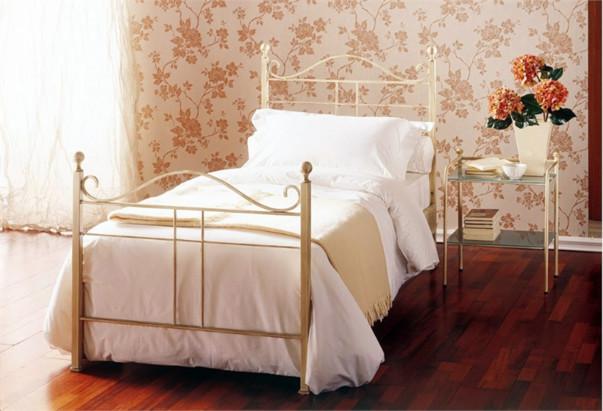 Красивая кровать во французском стиле