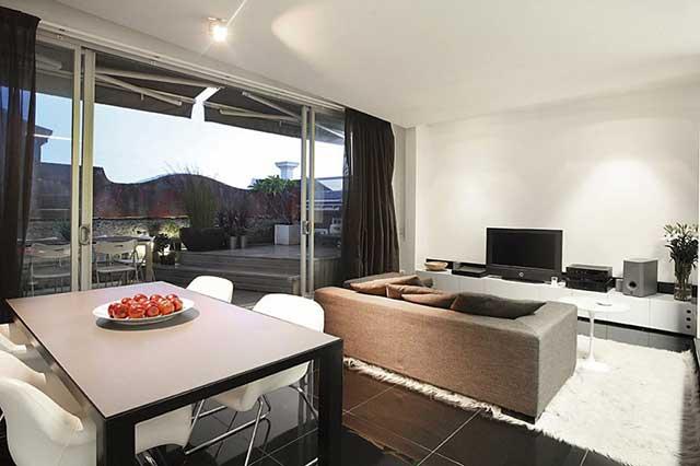 Столовая с гостиной в урбанистическом стиле