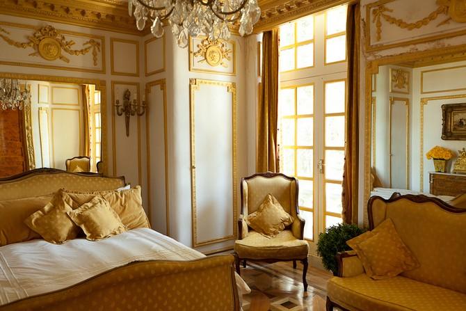 Коричневая спальня в стиле рококо