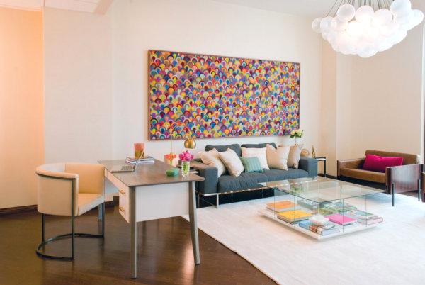 Настенный декор: разноцветное панно в интерьере гостиной