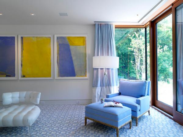 Сочетание жёлтого и оттенков голубого в интерьере гостиной
