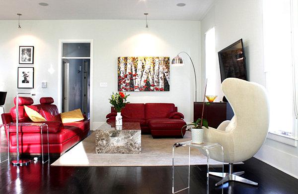 Бордовые кресла в интерьере гостиной