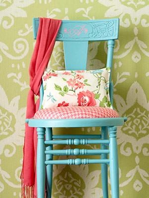 Синий стол на фоне зеленых стен