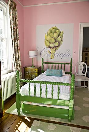 Зеленая кровать в интерьере розовой комнаты