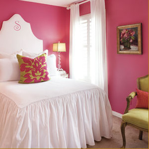 Розовое оформление стен в спальной комнате