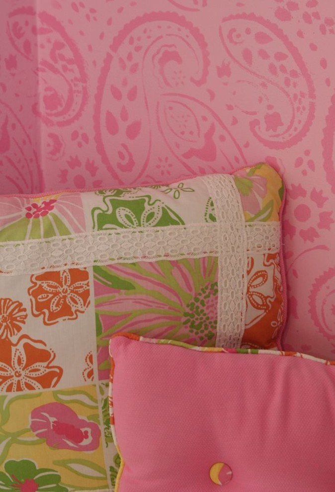 Подушки на фоне розовых стен