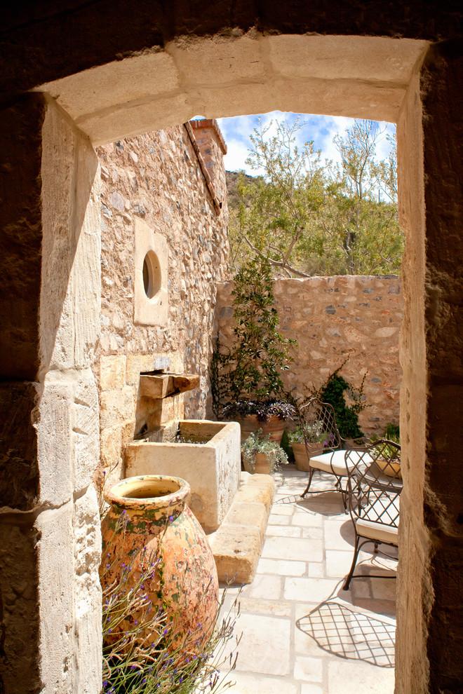 Оформление внешних стен дома камнем