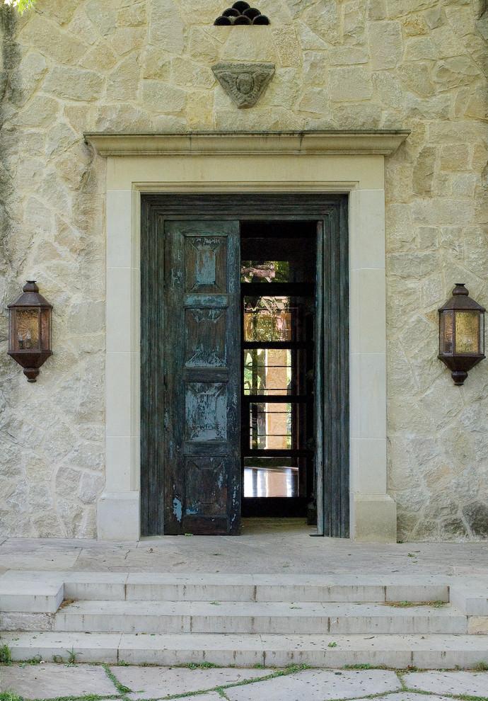 Старинная деревянная входная дверь