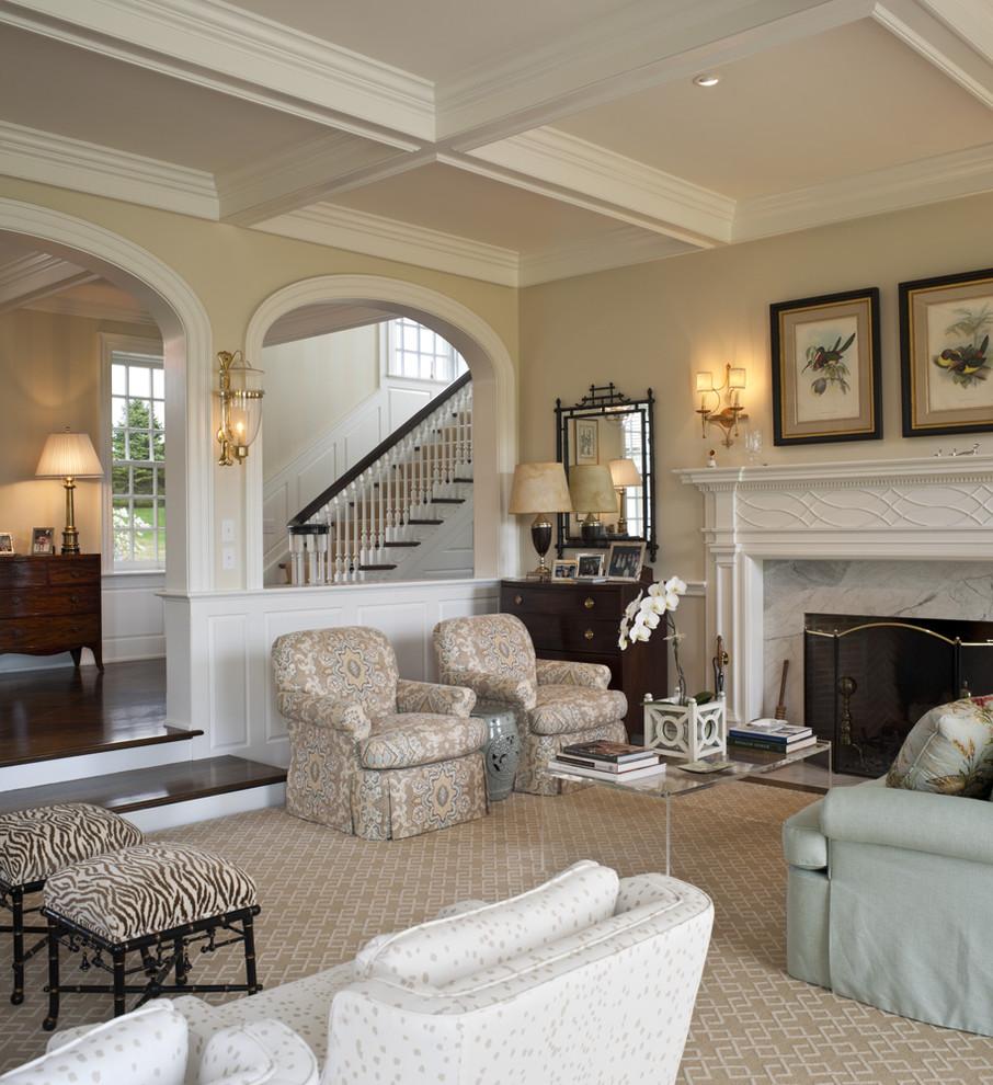 Кресла в интерьере гостиной у камина