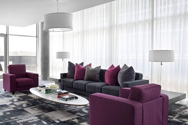 Красивые подушки на диване в гостиной