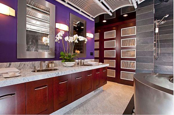 Фиолетовая стена в интерьере ванной